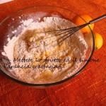 Mettere lo strutto e la buccia di limone e arancia