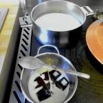 Latte a bollire e cioccolato da sciogliere