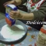 Versare la farina nello stampo