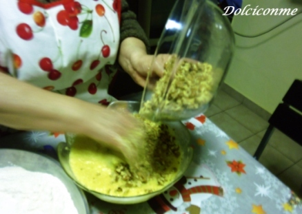Aggiunta delle noci all'impasto della Shëndetlie