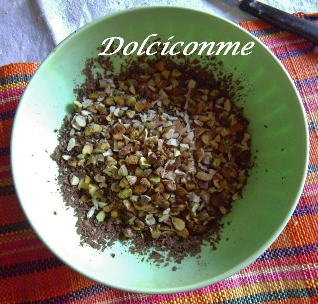 Cioccolato grattugiato con mandorle e pistacchi