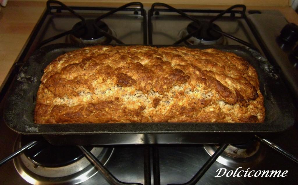 Pane con le noci appena sfornato