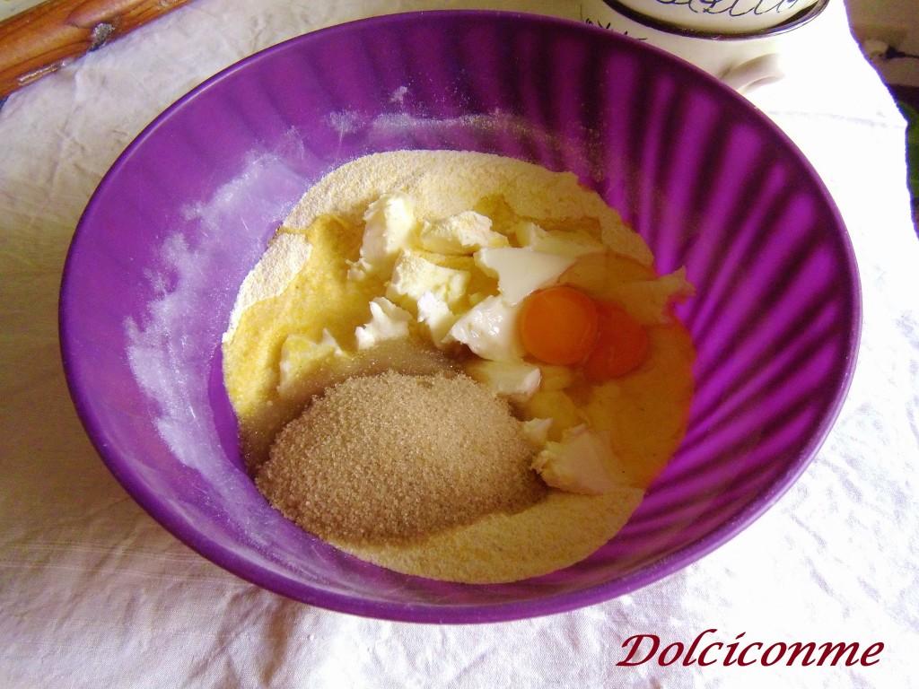 Aggiunta di zucchero, uova, burro, lievito, grappa
