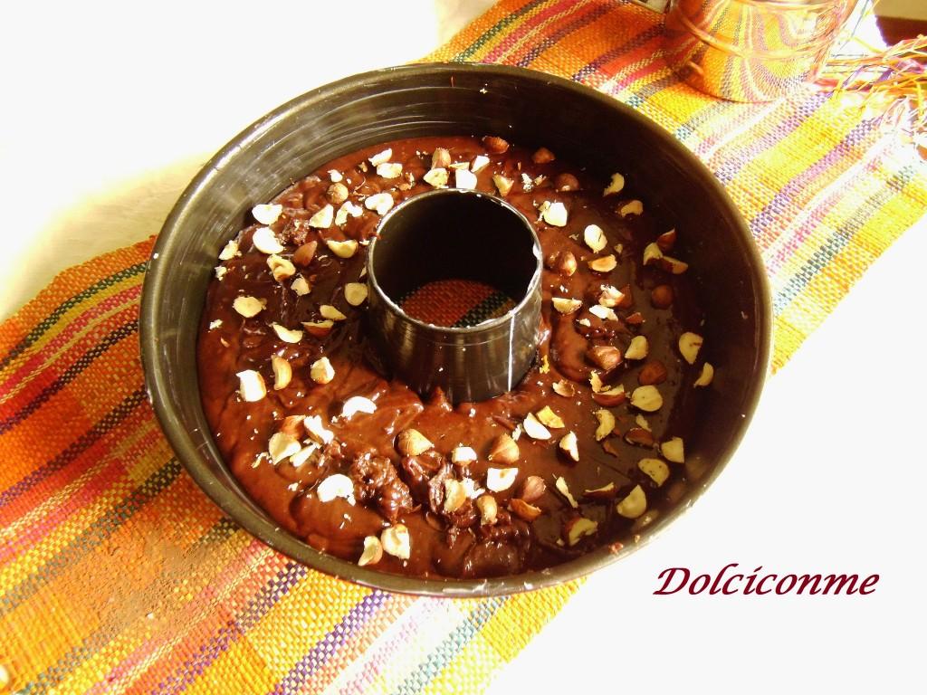 Ciambella al cioccolato pronta per il forno
