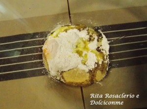 Uovo, olio, bicarbonato per dolci, mandorle tagliuzzate