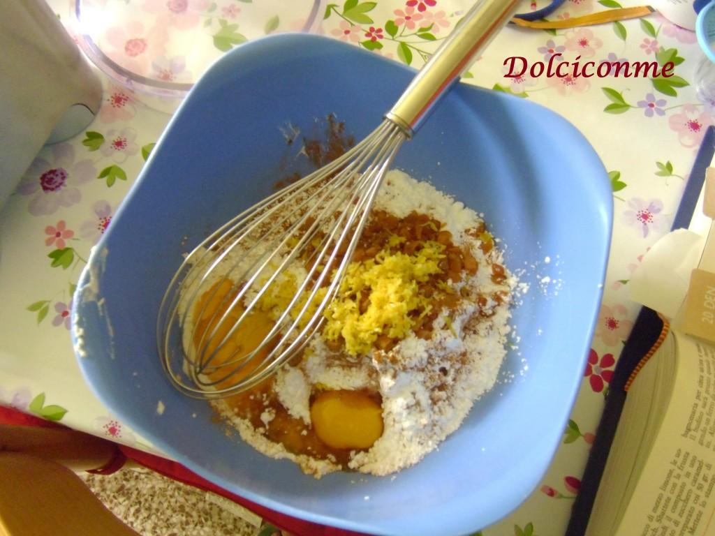 Aggiunta di zucchero, farina tuorli d'uovo, buccia di limone