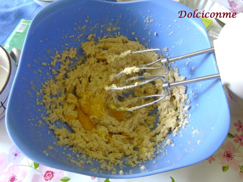 Burro e zucchero sbattuti, con latte e uova