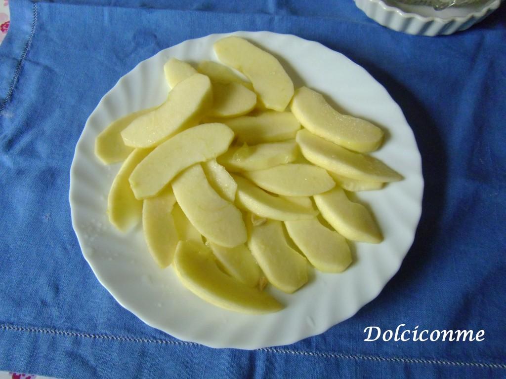 Mele tagliate a fettine e spruzzate di limone