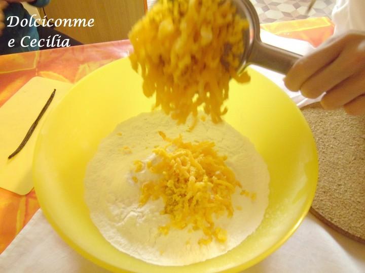 Aggiunta uova sode passate al setaccio