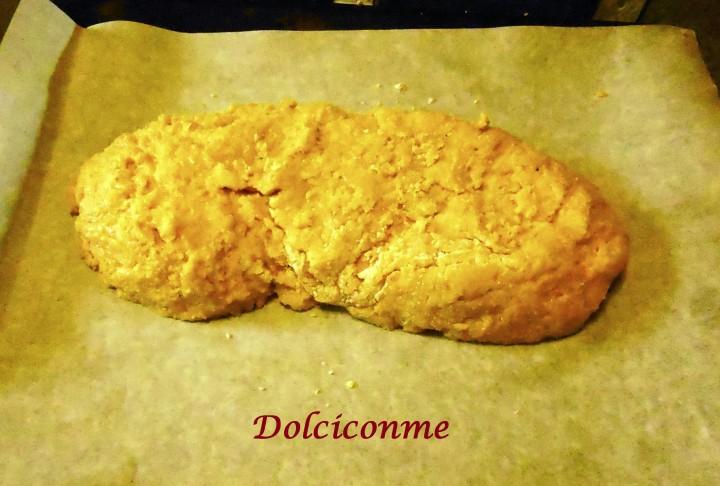Biscotto giallo mandorlato da infornare